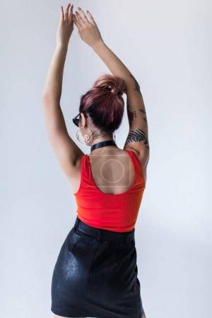 Foto de Vista posterior de chica elegante posando para sesión de moda, aislado en blanco - Imagen libre de derechos