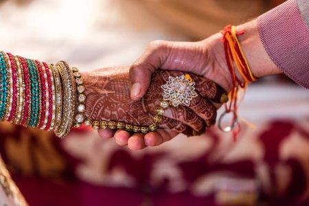 Photo pour Serrer la main de Mariée et de Mariée à la cérémonie de mariage dans l'hindouisme - image libre de droit