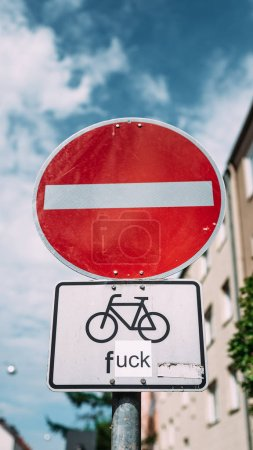Photo pour Panneau de signalisation intéressant. Panneau de signalisation acheminant le trafic le long d'un chemin rue, à l'exception des cyclistes. - image libre de droit