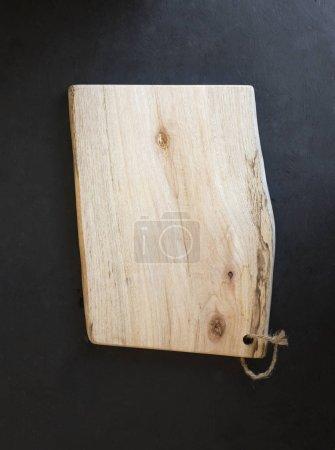 Photo pour Planche à découper en bois sur fond noir - image libre de droit