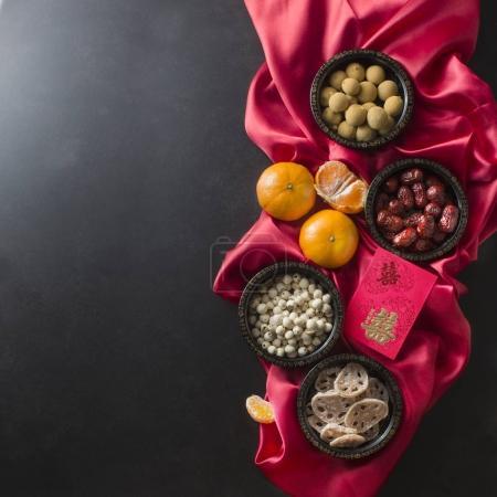 Photo pour Cérémonie de mariage chinois plat nourriture et boissons et articles de décoration. Texte apparaît dans le texte : Double Bonheur . - image libre de droit