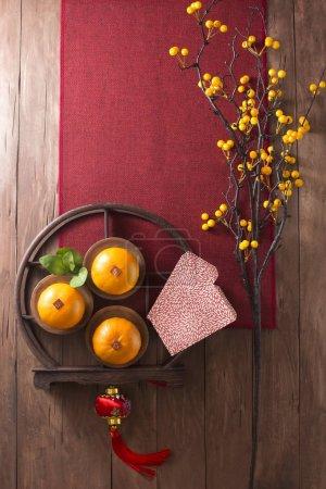 Photo pour Flat lay chinois Nouvel An nourriture et boissons et articles de décoration. Texte apparaît dans l'image : Prospérité . - image libre de droit