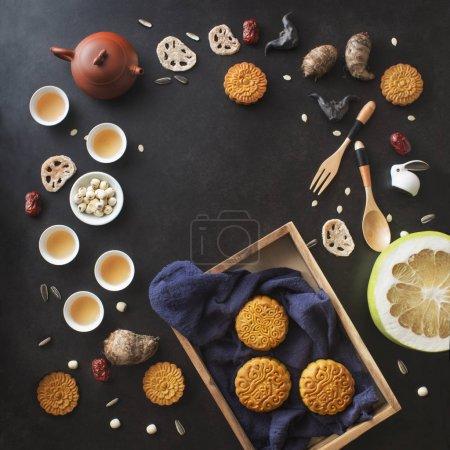 Photo pour Flay déposer mi-automne festival nourriture et boisson objets décoratifs objets sur fond noir. Image de l'espace texte . - image libre de droit