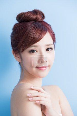 Photo pour Beauté femme sourire vous isolé sur bluebackground, asiatique - image libre de droit