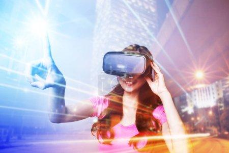 Photo pour Double exposition de la femme heureuse à l'aide de lunettes VR-casque pour concept de réalité virtuelle - image libre de droit