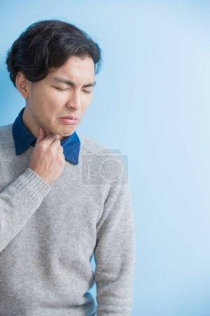 Man feel sore throat