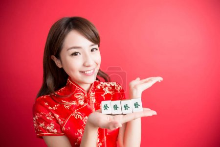 Photo pour Beauté femme porter cheongsam et mahjong pour vous montrer au nouvel an chinois - image libre de droit