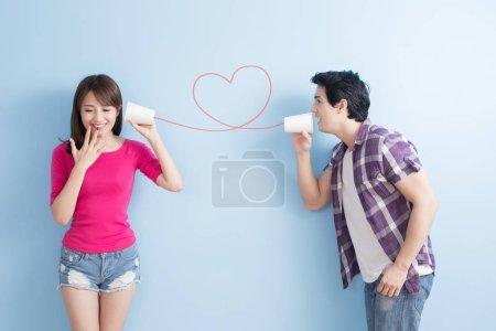 Photo pour Jeune couple avec peut téléphone isolé sur fond bleu - image libre de droit