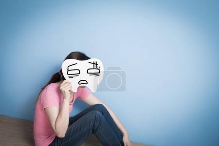 Photo pour Femme avec carte de dent sur fond bleu - image libre de droit