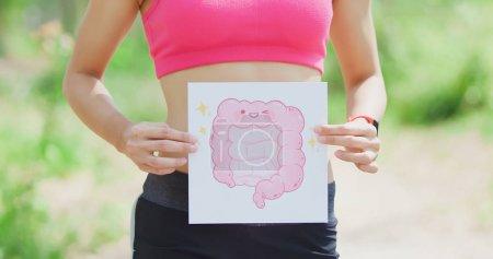 Photo pour Femme sport avec planche intestin dans la forêt - image libre de droit