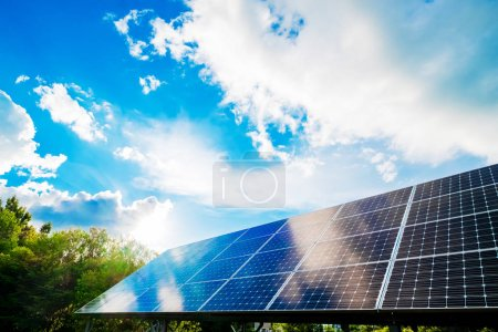 Foto de Paneles solares con fondo de cielo. concepto de conservación - Imagen libre de derechos