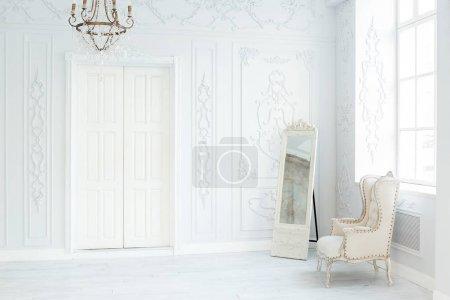 Photo pour Design d'intérieur de luxe salon riche avec des décorations élégantes classiques, meubles et le mur. Grande salle de blanc lumineux avec grande fenêtre - image libre de droit