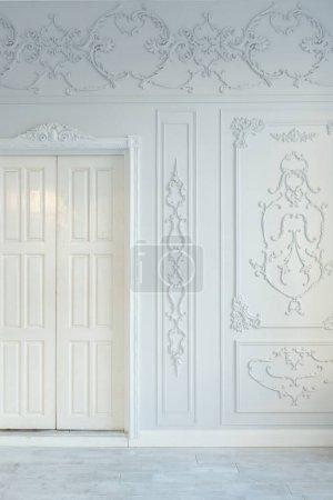 Foto de Diseño con elegante decoración clásica de muebles y pared de lujo rico salón interior. Gran sala blanca luz con ventana grande - Imagen libre de derechos