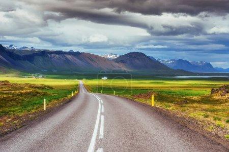 Photo pour Route asphaltée vers les montagnes Islande. Monde de beauté - image libre de droit