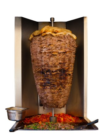 Photo pour Mouton d'agneau broché grillé, viande traditionnelle servie en sandwich shawarma ou kebab en Méditerranée, pays arabes du Moyen-Orient cuisant à la broche dans une machine isolée sur fond blanc - image libre de droit