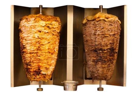 Photo pour Délicieux brochettes fast food poulet et mouton d'agneau kebab, cuisson de la viande shawarma et tourner côte à côte sur la broche rotative arabe de style moyen-oriental ou méditerranéen. Isolé sur fond blanc - image libre de droit