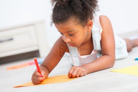 Photo pour Enfant préscolaire fille dessin sur le sol - image libre de droit
