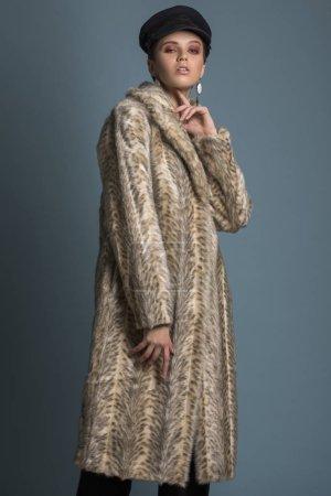 Photo pour Hiver femme en manteau de fourrure de luxe et chapeau noir. Beauté mode modèle fille en manteau de fourrure léopard. Parfait le maquillage et les accessoires. Belle dame hiver de luxe - image libre de droit