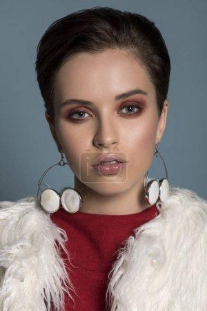 Photo pour Hiver femme en manteau de fourrure de luxe. Beauté mode modèle fille en manteau de fourrure de Lama blanc. Parfait le maquillage et les accessoires. Belle dame hiver de luxe. Beauté mode Portrait d'un modèle - image libre de droit
