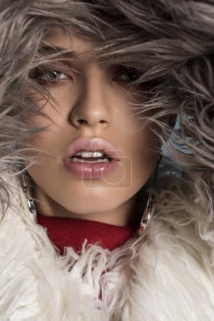 Photo pour Hiver femme en manteau de fourrure de luxe. Beauté mode modèle fille en manteau de fourrure grise. Parfait le maquillage et les accessoires. Belle dame hiver de luxe - image libre de droit