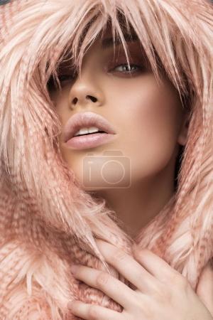 Foto de Invierno mujer en abrigo de piel de lujo. Belleza chica modelo de moda en piel de color rosa. Perfecto maquillaje y accesorios. Hermosa dama de invierno de lujo - Imagen libre de derechos