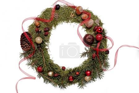 Foto de Navidad y año nuevo decoración sobre fondo blanco de madera. Frontera arte diseño con adornos de vacaciones. Hermoso primer plano de guirnalda de Navidad decorado con bolas, bayas de acebo, raya. Espacio para el texto - Imagen libre de derechos