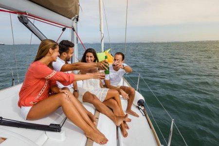 Photo pour Groupe d'amis s'amuser en bateau dans la rivière - image libre de droit
