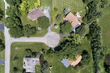 Photo pour Vue aérienne d'un quartier de luxe avec des arbres matures et de grands terrains dans un quartier de banlieue de Chicago en été. Deer Park, IL. États-Unis - image libre de droit