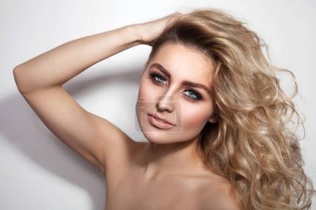 Foto de Joven hermosa mujer sexy con el pelo largo y rizado y maquillaje con estilo - Imagen libre de derechos