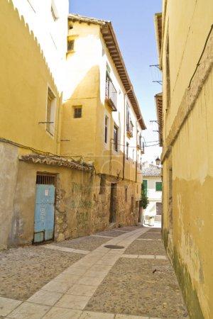 Photo pour Rue vieux murs rouillés, brihuega, Espagne. - image libre de droit