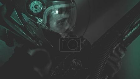Photo pour L'homme de l'avenir ou espace futuriste lampes de casque et la fantaisie, porte un laser arme dans ses mains - image libre de droit