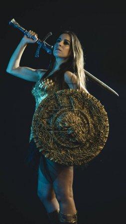 Foto de Guerrero de Valkyrie, mujer con capa de hierro dorado de la armadura y la espada de Guerrero grande - Imagen libre de derechos