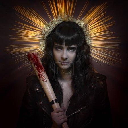 koncepcja przemocy i niebezpieczeństwo. dojrzewania i nieletnich, brunetka Kobieta w skórzanej kurtce i baseball bat z trudnych umiejętności