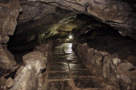 Photo pour Paysage naturel grotte dans la montagne - image libre de droit