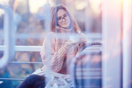 Photo pour Jeune fille dans le café, la jeunesse, style de vie concept fille avec des lunettes à la recherche - image libre de droit