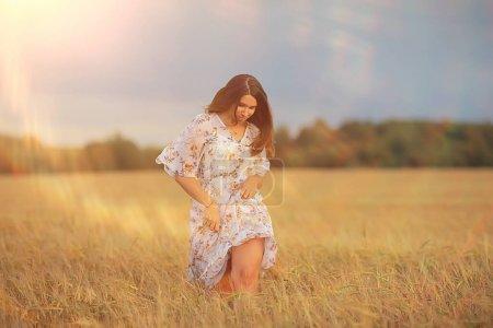 Photo pour Joyeuse fille liberté dans champ d'été, éblouissement du soleil abstrait fond france provence automne - image libre de droit