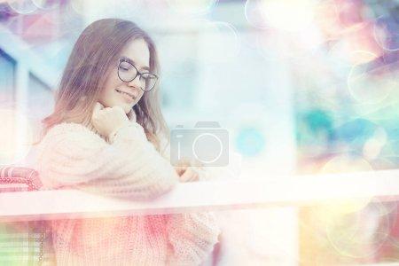 Photo pour Heureuse fille automne café pull concept vision modèle avec des lunettes posant - image libre de droit