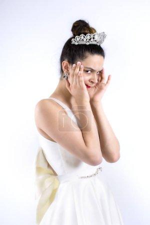 concepto de novia y boda - mujer deprimida cogida de la mano en la mejilla y la frente