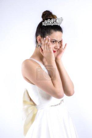 Retrato de mujer novia conmocionada preocupada en vestido de novia blanco de pie mirando a un lado aferrándose a la cabeza aislado en el fondo claro. Concepto de celebración de bodas. Copiar espacio para publicidad