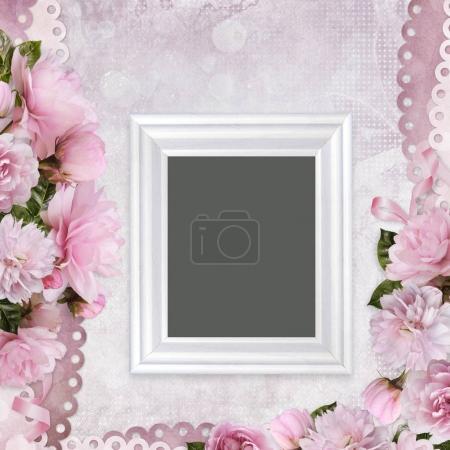 Photo pour Vintage fond avec roses roses et cadre - image libre de droit