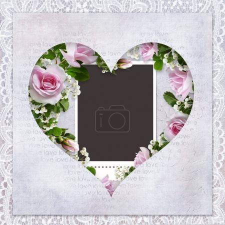 Photo pour Fond romantique avec dentelle, cadre en forme de cœur, rose roses et le cadre pour photo - image libre de droit