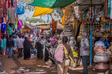 Photo pour BHOPAL, INDIA - FEBRUARY 5, 2017: People at the Muslim market in Bhopal, Madhya Pradesh state, India - image libre de droit