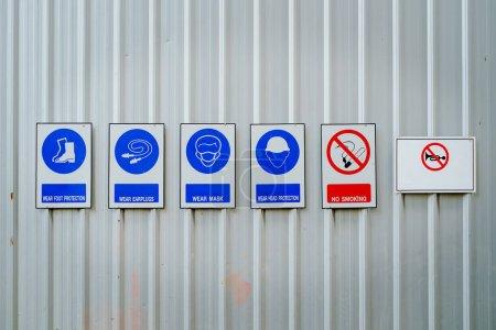 Photo pour Vêtements de sécurité ou équipement de protection individuelle et panneaux d'interdiction dans les zones dangereuses du chantier pour concept industriel - image libre de droit