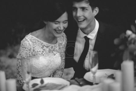 Photo pour Couple marié riant à la table de fête - image libre de droit