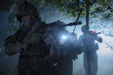 Photo pour Soldats des Forces spéciales en action. Escouade d'élite se déplace à travers le brouillard et de fumée. Ils utilisent un équipement spécial, les armes et les dispositifs tactiques. - image libre de droit