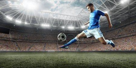 Foto de Jugador de fútbol realiza un juego de acción en un estadio profesional. Todo jugador llevar ropa sin marca. El estadio está hecho en 3d. - Imagen libre de derechos