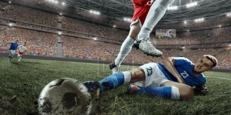 Photo pour Les joueurs de football effectuent un jeu d'action sur un stade professionnel. Tous les joueurs portent des vêtements sans marque. Le stade est fabriqué en 3D . - image libre de droit