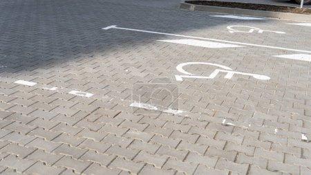 Photo pour Vue de la tuile de trottoir texturé gris à la rue - image libre de droit