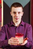 Veselá barmanka dává koktejl pro odběratele