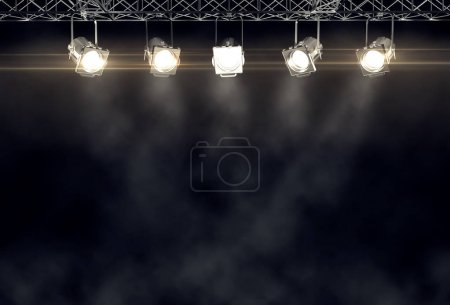 Photo pour Jeu de projecteurs suspendus sous plafond sur fond noir - image libre de droit